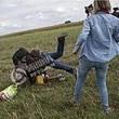 難民の子供蹴る